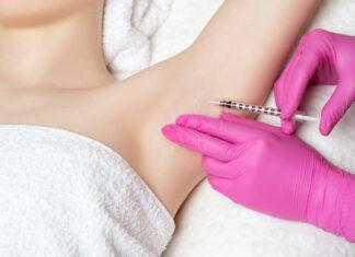 Nadpotliwość pach - lekarz wstrzykujący botoks pod pachę kobiety